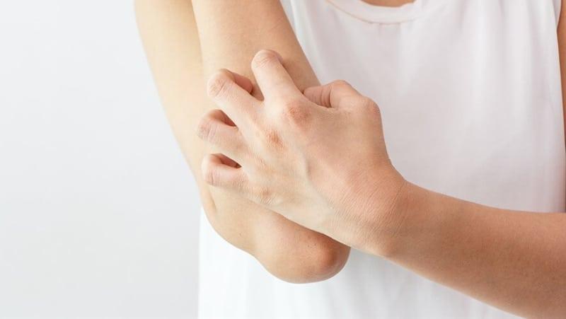 Почему чешется кожа на теле без видимых причин, и что делать