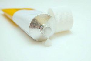 Выбираем наиболее эффективную мазь от дерматита на коже для взрослых и детей
